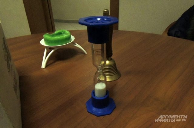 Коробка для пожертвований, свеча, часы и колокольчик всё, что нужно для встреч анонимных алкоголиков