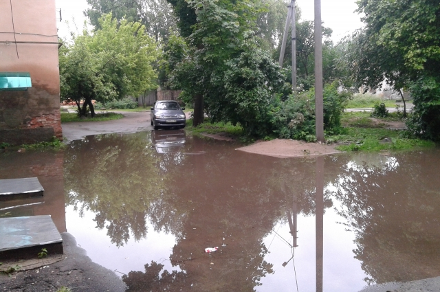 Между тем во дворе после дождей каждый раз разливается огромная лужа