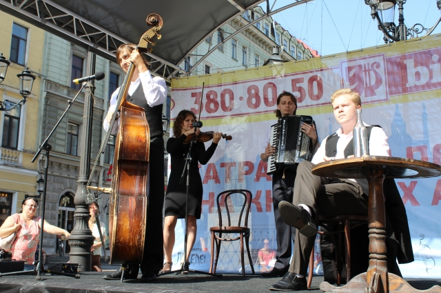 Артисты выступили под аккомпанемент контрабаса, аккордеона и скрипки.
