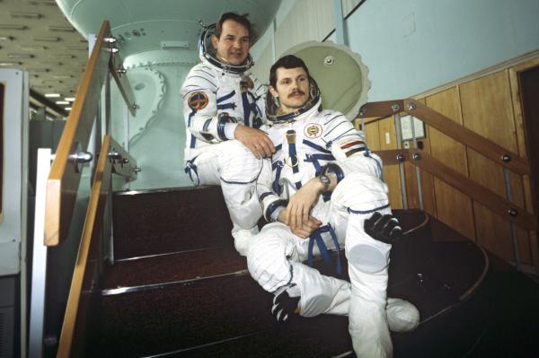 Валерий Кубасов и венгерский космонавт Берталан Фарташ в Центре подготовки космонавтов имени Юрия Гагарина, 1979 год