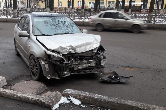 Разбитая машина на месте ДТП.