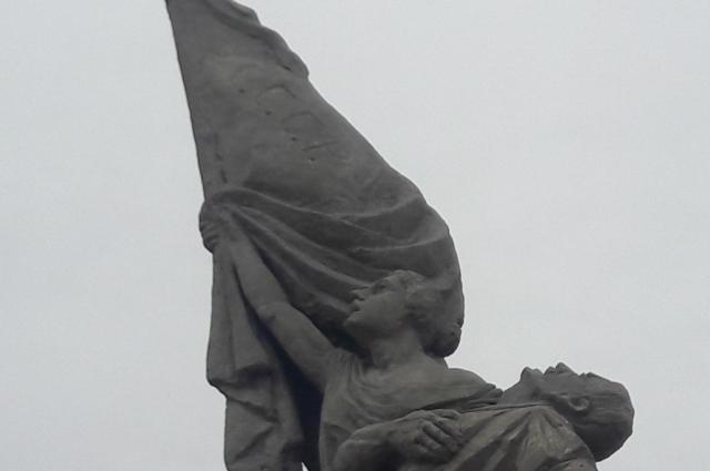 Знамя из рук падающего мужчины подхватывает женщина, олицетворяющая республиканскую Францию.
