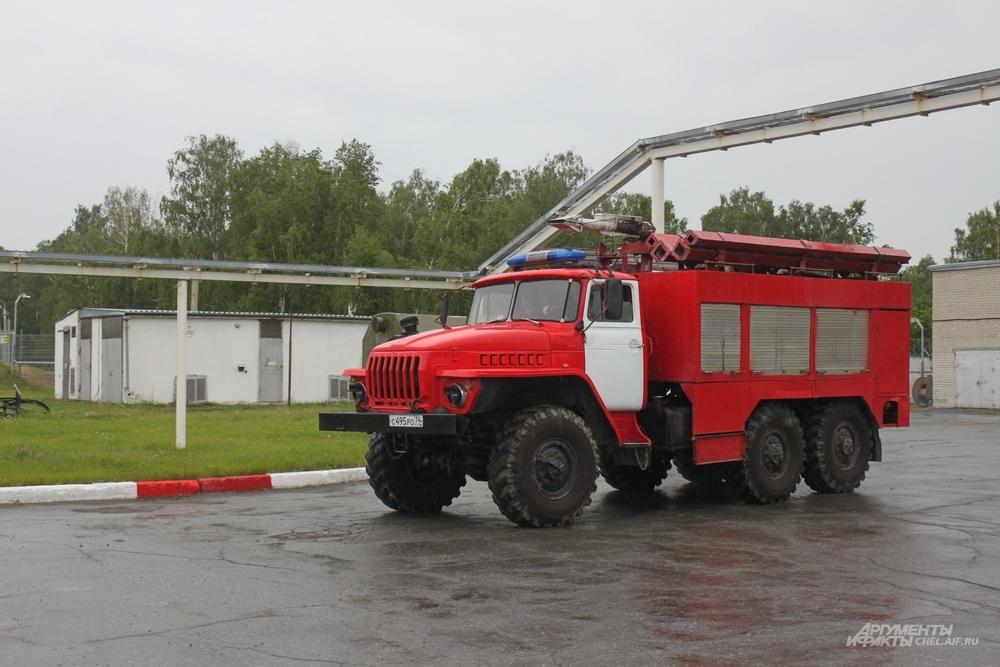 На нефтебазе есть своя служба пожаротушения - именно она первой реагирует на ЧП.