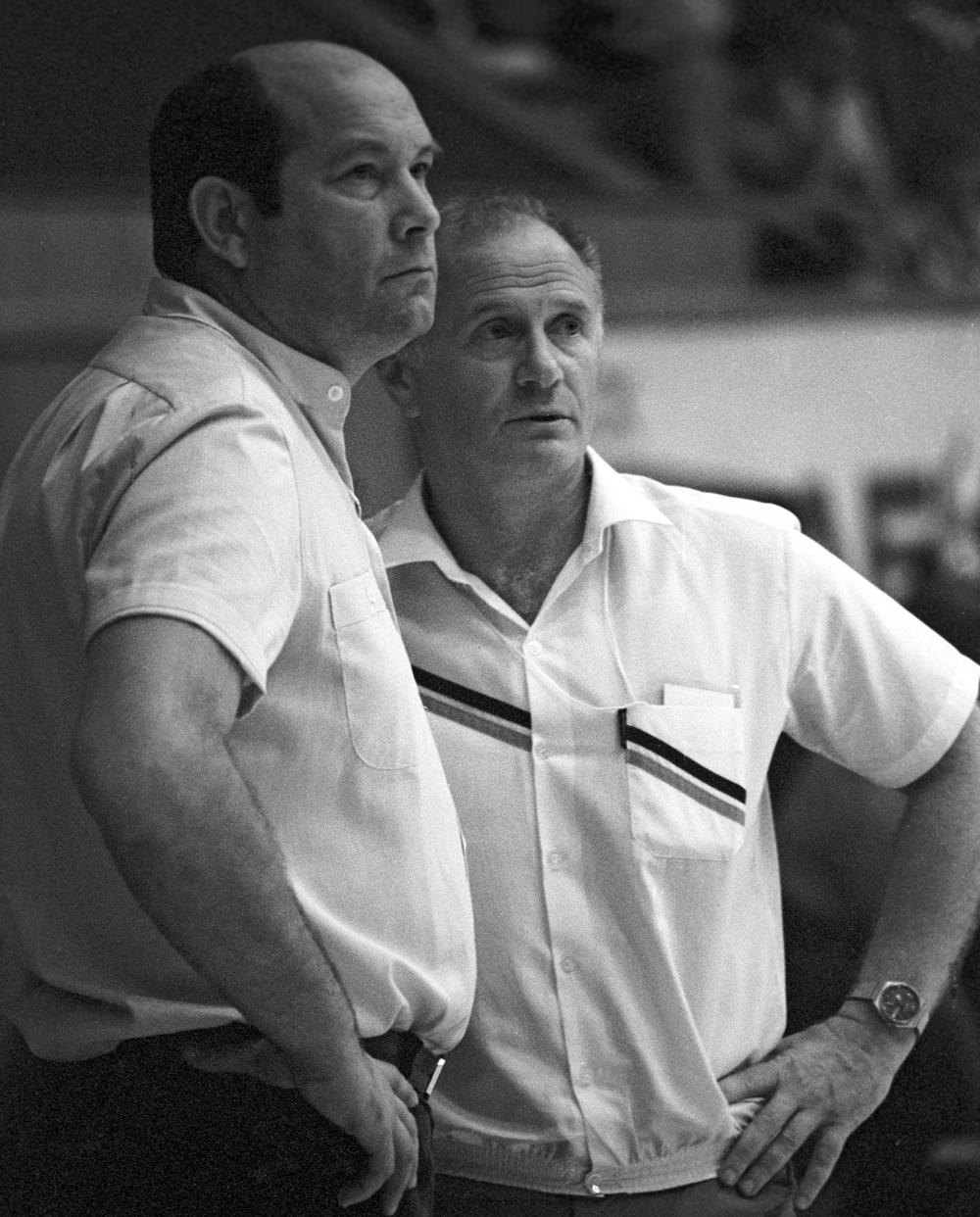 Старший тренер женской сборной СССР по баскетболу Леонид Ячменев (слева) и тренер сборной Евгений Гомельский на X чемпионате мира по баскетболу среди женщин. 1986 г.