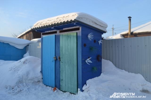 Деревянный туалет системы «люфт-клозет» позволяет экономить на канализации.