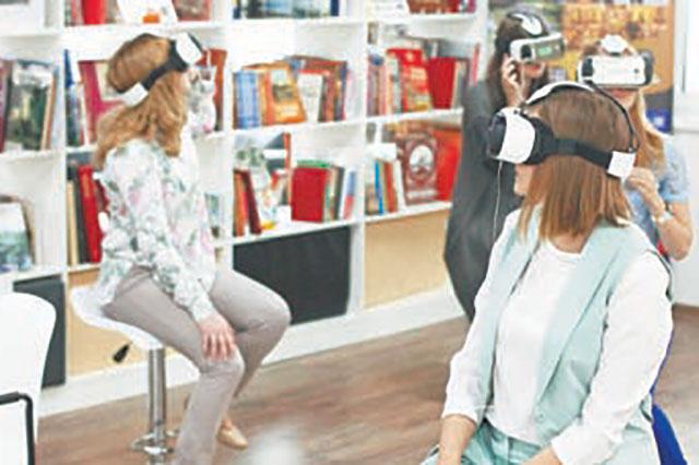 В районной библиотеке можно и новую книгу взять почитать, и на мир в очках дополненной реальности взглянуть.