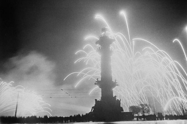 Салют в честь Победы 9 мая 1945 года на Пушкинской площади Ленинграда, 1945.