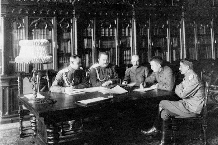 Военный министр Керенский со своими помощниками. Слева направо: полковник В. Л. Барановский, генерал-майор Г. А. Якубович, Б. В. Савинков, А. Ф. Керенский и полковник Г. Н. Туманов (август 1917 года)