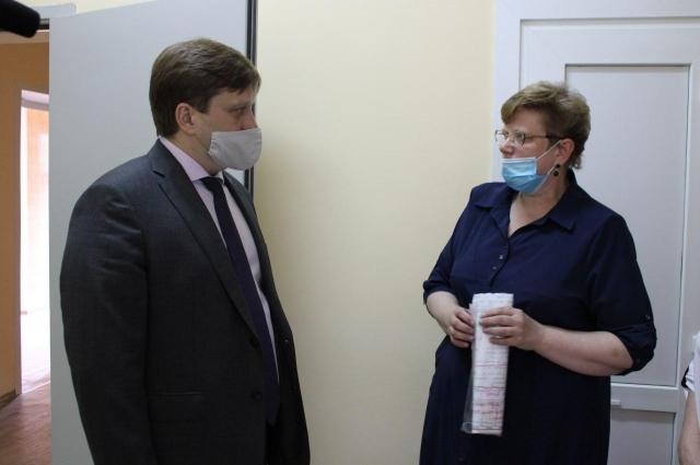 И.о главврача Елена Новикова показала министру подготовку роддома №1 к открытию