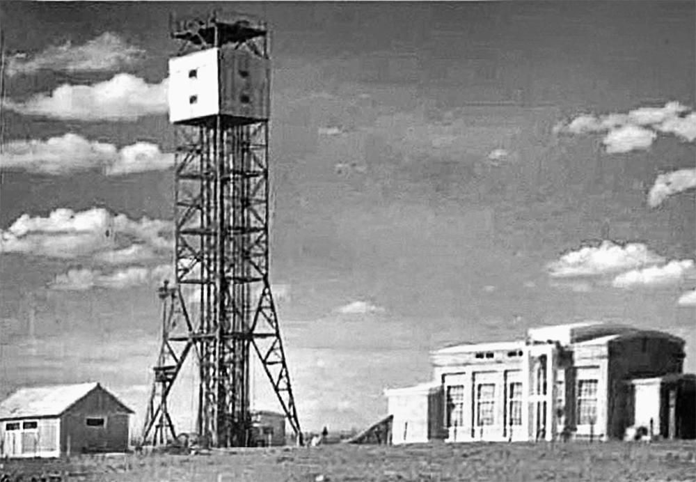 Башня, на которой был взорван заряд первой атомной бомбы РДС-1. Рядом – монтажный корпус. Семипалатинск, 1949 г.