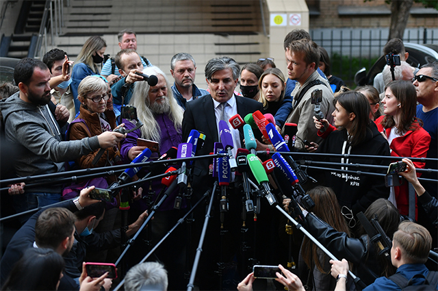 Адвокат актёра Михаила Ефремова Эльман Пашаев общается с журналистами у здания Пресненского суда города Москвы после заседания. 3 сентября 2020 г.