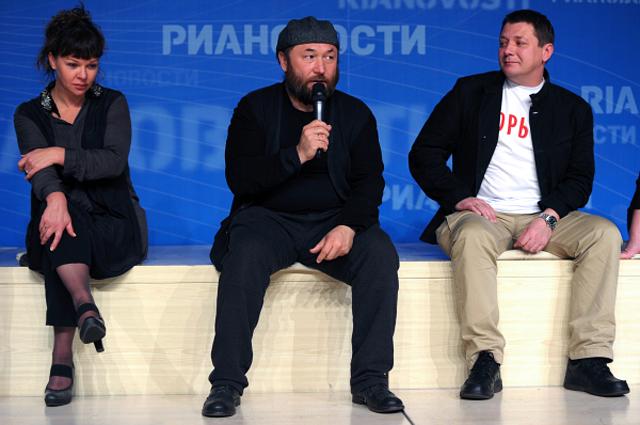 Елена Валюшкина, Тимур Бекмамбетов и Ян Цапник во время пресс-конференции актеров фильма Горько! . 2013 год