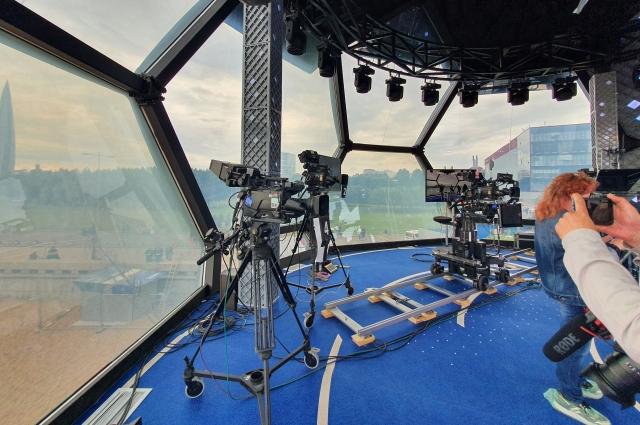 Внутри студии расположены четыре профессиональные камеры.