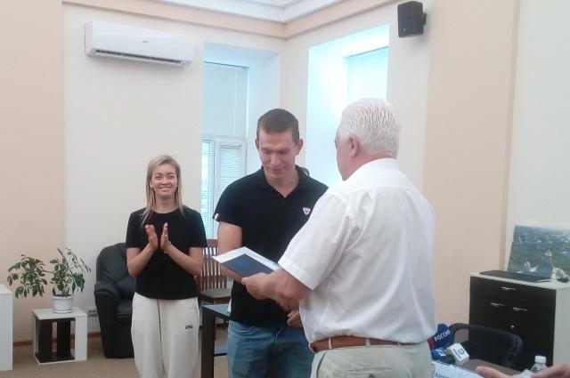 Александр Большунов получает диплом в ПГУ