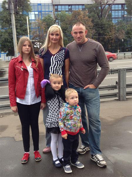 С супругой Татьяной и детьми