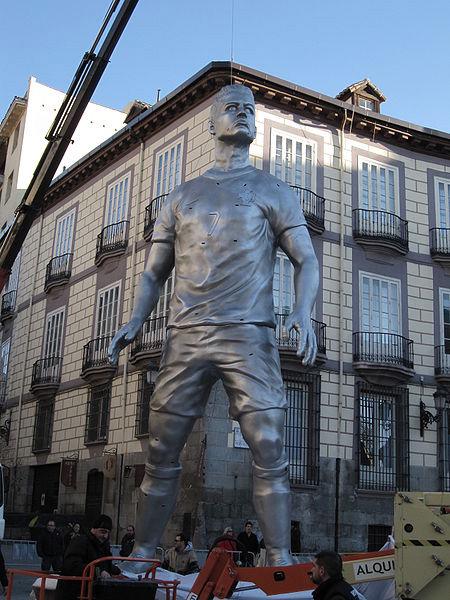 Памятник Криштиану Роналду в Мадриде