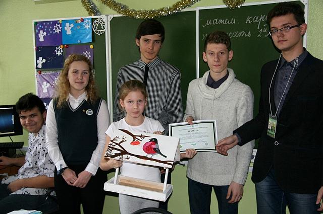 Школьники смастерили кормушки для птиц.