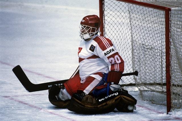 Чемпионат мира и Европы по хоккею с шайбой. Евгений Белошейкин, вратарь сборной команды СССР, во время матча.