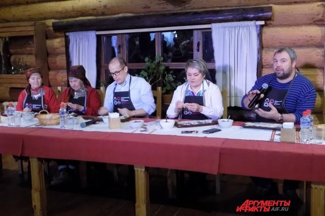 Для участников пресс-лепки провели мастер-класс по приготовлению удмуртских пельменей, татарских мантов и кундюмов.