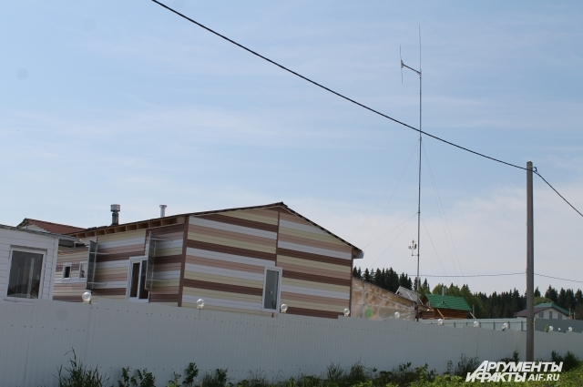 Над домом, где живут Елена иМарк, высится девятиметровая антенна.