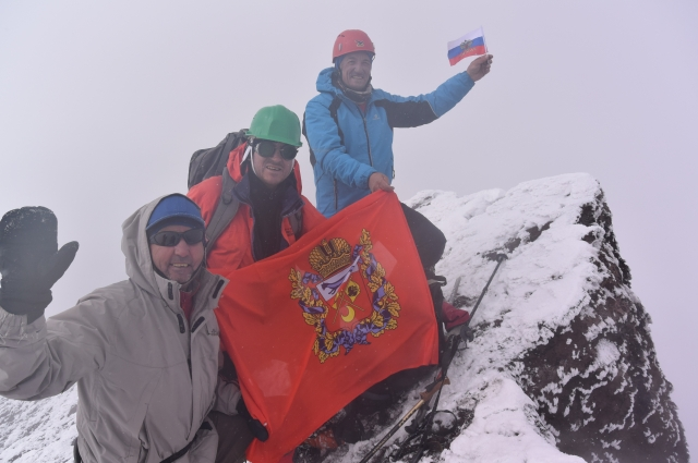 Флаг Оренбуржья - на вершине Ключевской сопки.