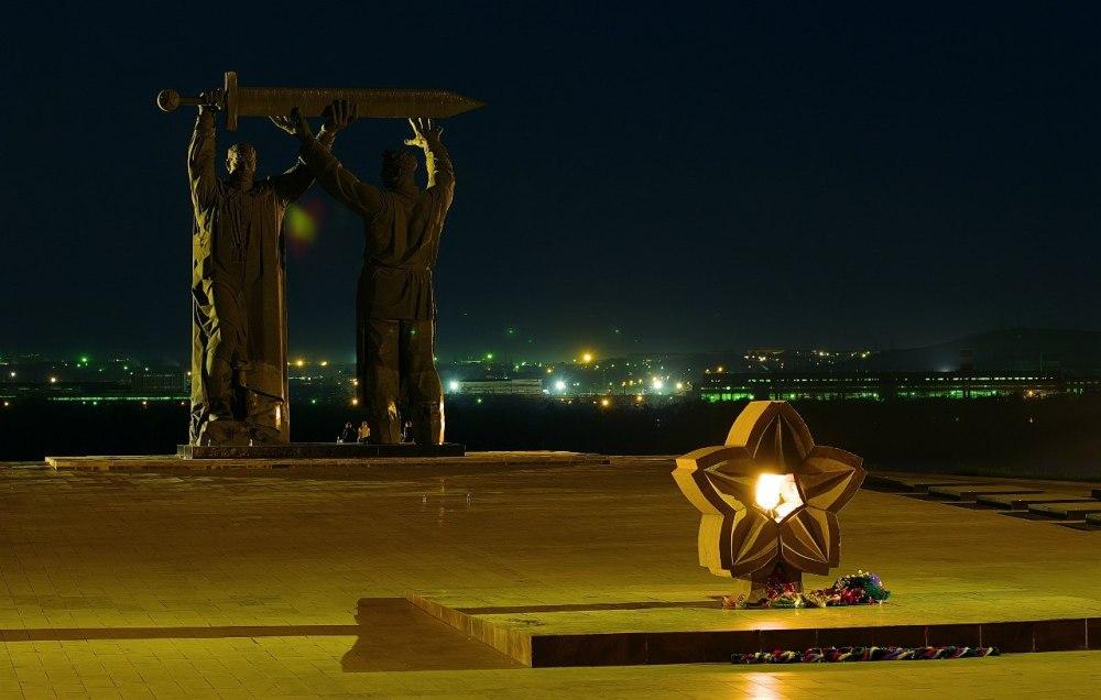 Монумент Тыл-фронту и Вечный огонь в необычном исполнении.