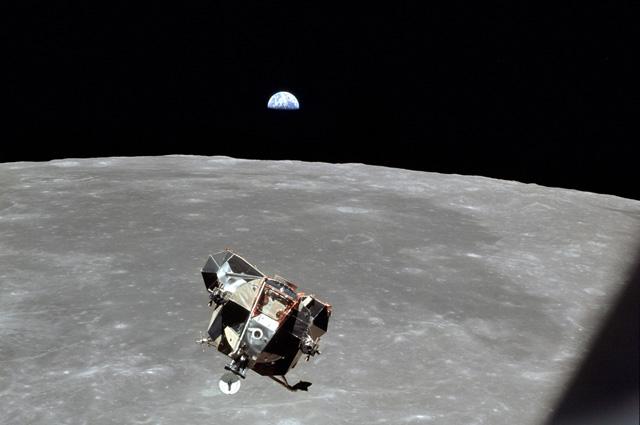 «Орёл» перед стыковкой, снятый Майклом Коллинзом из «Колумбии», на фоне восходящей Земли.