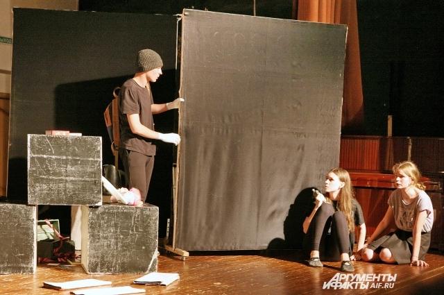 Юные таланты сдают зачёт по актёрскому мастерству.