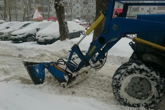 В новогоднюю ночь на улицы областного центра вышли трактора и снегоуборочная техника.