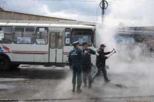Пока азербайджанцы на руках выносили обварившихся людей из залитого горячей водой автобуса, толпа зевак стояла и снимала происходящее на камеры мобильных