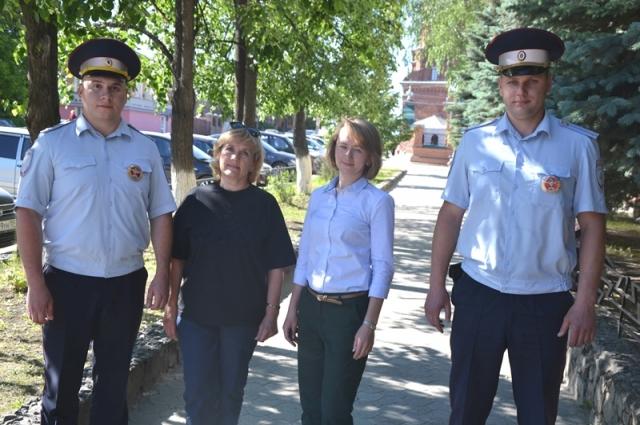 Госавтоинспекторы, которые спасли женщину, вместе с пострадавшей.