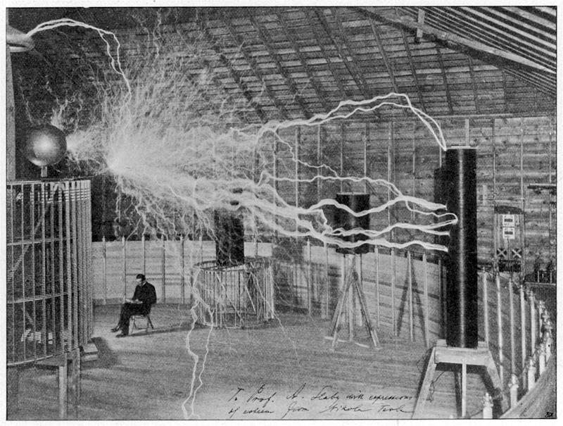 Никола Тесла производит искусственные молнии в лаборатории Колорадо-Спрингс 1899-1900
