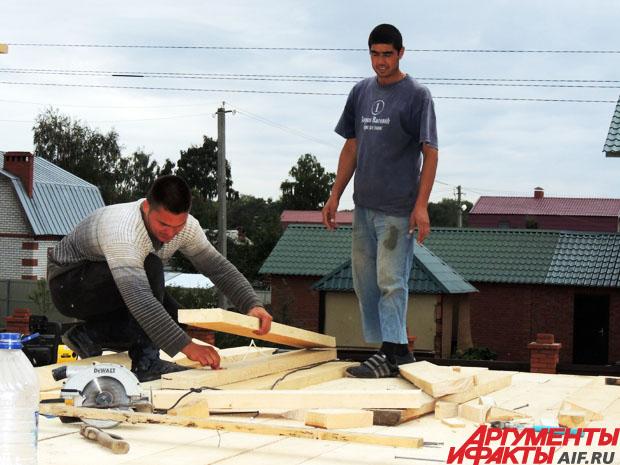 Строители трудятся над вторым этажом