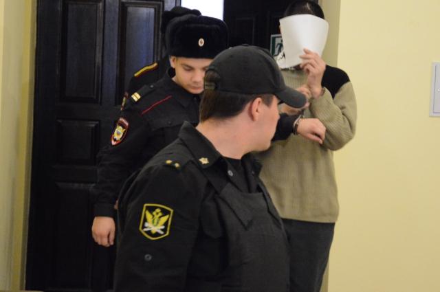 От журналистов подсудимые спрятались за тетрадными листочками.