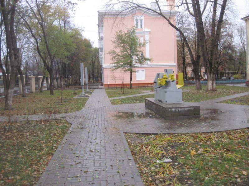 Теперь здесь Аллея Славы имени Михаила Лимасова посреди которой установлен заводской станок легендарного токаря.