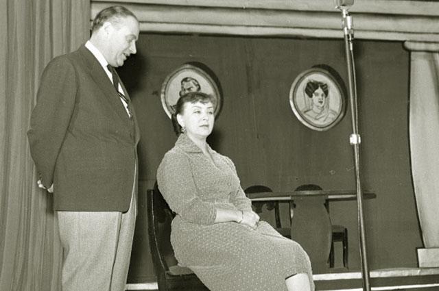 Мария Миронова и Александр Менакер в прологе Почти по Гоголю на сцене Московского театра эстрады, 1959 год