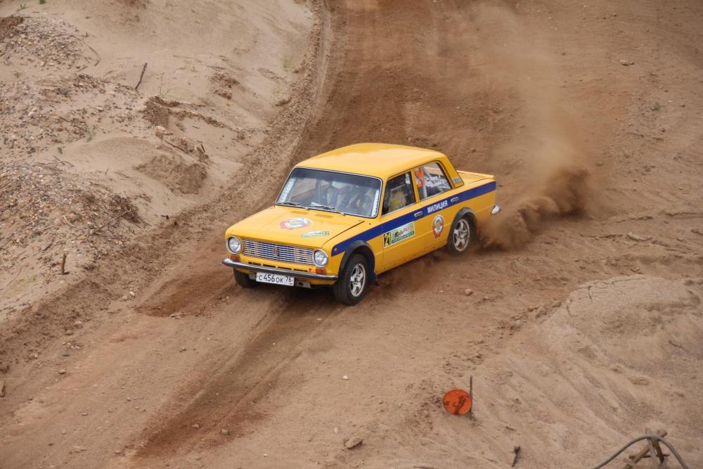 Алексей Петров и Геннадий Карамалак на самом стильной, по мнению зрителей, авто.