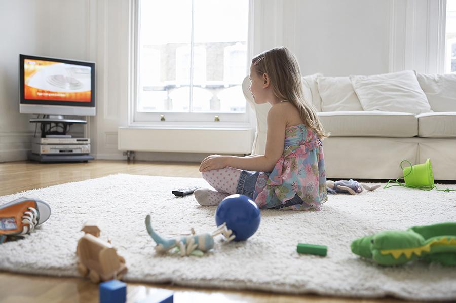 Девочка у телевизора