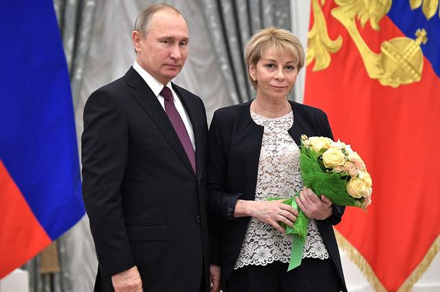Владимир Путин иЕлизавета Глинка  вовремя церемонии вручения Государственных премий завыдающиеся достижения вобласти благотворительной иправозащитной деятельности.