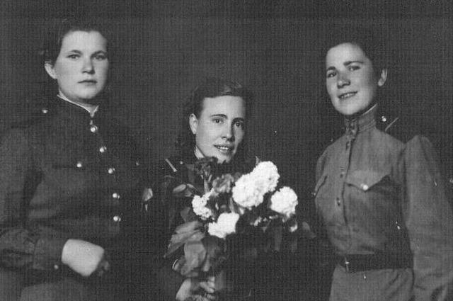 Бесстрашные зенитчицы. Антонина Березина из Николаевки третья слева направо.