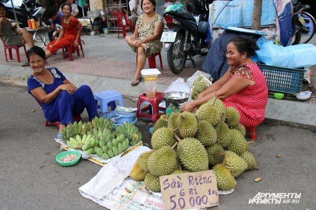 Экзотический для нашей страны фрукт дуриан продаётся прямо на тротуаре.