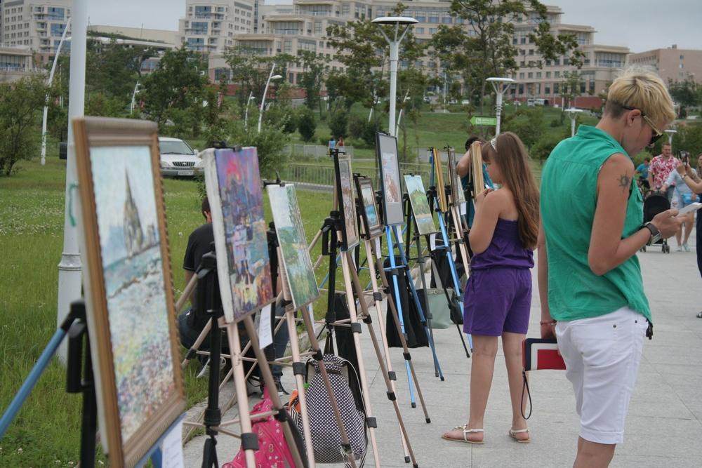 Приморская живопись вызывает большой интерес на фестивале.