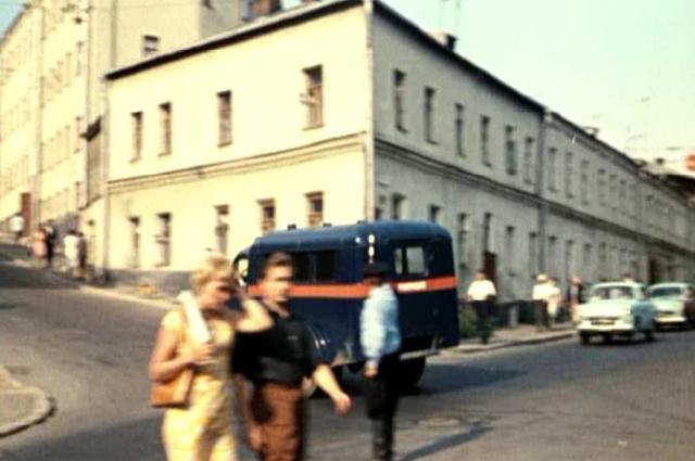 Машина проносится по перекрёстку Вражских и 7-го Ростовского пер.