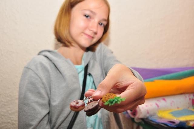 Маша делает великолепные поделки, используя канцелярские товары.
