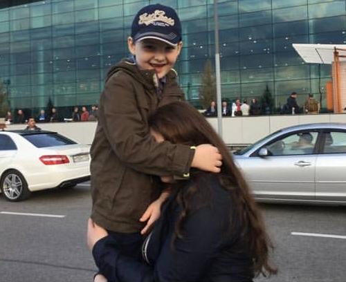 Брат и сестра встретились в аэропорту после 3 лет разлуки.