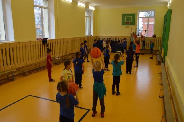 После учёбы дети могут бесплатно заниматься в зале с тренером.