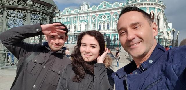 Селфи с участниками экскурсии по Екатеринбургу на фоне дома Севостьянова.