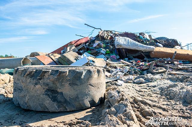 К строительному мусору кто-то добавил пришедшие в негодность диваны и другую мебель.