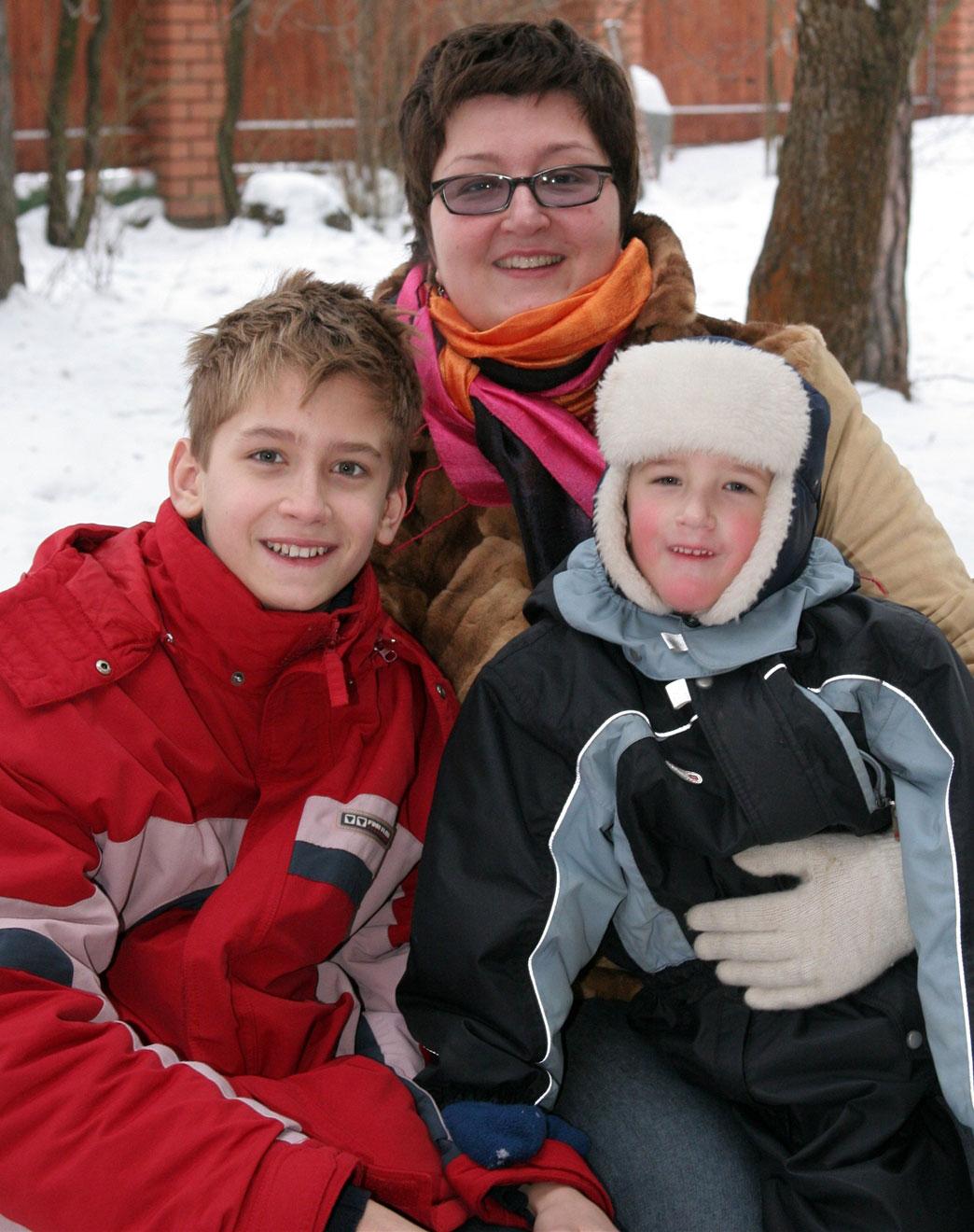 Татьяна Устинова с сыновьями Михаилом и Тимофеем