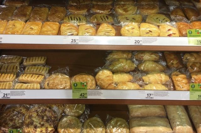 На отдельном стеллаже представлен хлеб, булочки собственного производства.